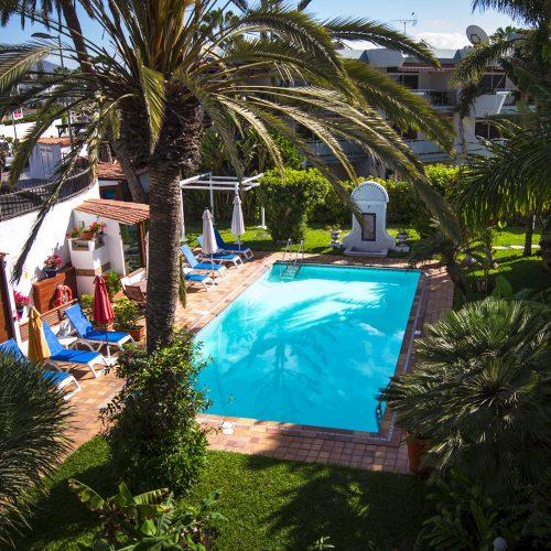 Ein Blick in die Gartenanlage mit dem großzügigem Pool