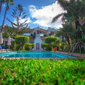 Der Garten und Poolbereich der Hotelanlage bietet Ruhe, Diskretion und Entspannung