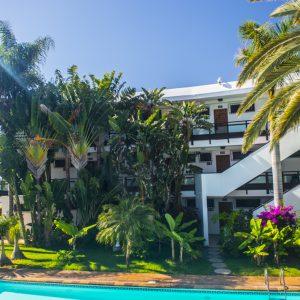 Die wunderschöne Hotelanlage mit Pool, Garten und direktem Zugang zum Meer