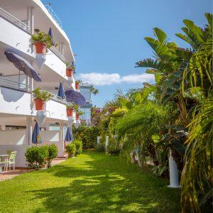 Im Außenbereich des Hotels schützt eine attraktive Bepfplazung vor neugierigen Blicken von aussen