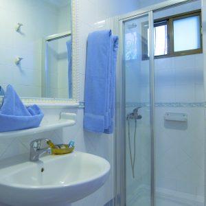 Ein Blick in das Badezimmer mit Waschbecken, Dusche und WC der Apartments