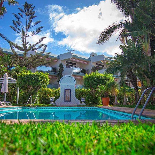 Eine Oase der Ruhe mit Pool und Sonnenliegen